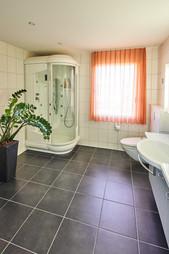Grosses Badezimmer mit Möglichkeiten
