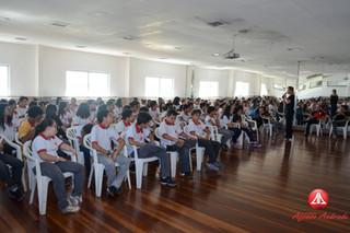 Os alunos do Ensino Fundamental II e Médio participaram de uma palestra com a consultora do SAS