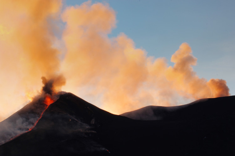 Die Gipfelkrater sind beinahe alle an der Eruption beteiligt