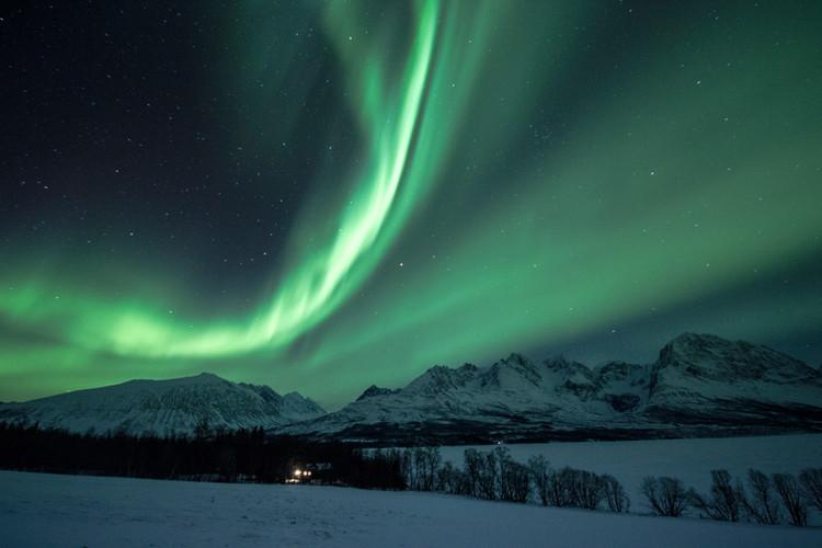 Die Nordlichter bewegen sich wie von Zauberhand über den Nachthimmel Norwegens