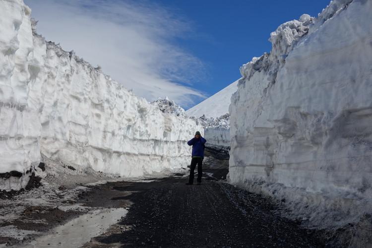 Ein tiefer Graben wurde in den Schnee gefräst um den Aufstieg zum Gipfel zu erleichtern