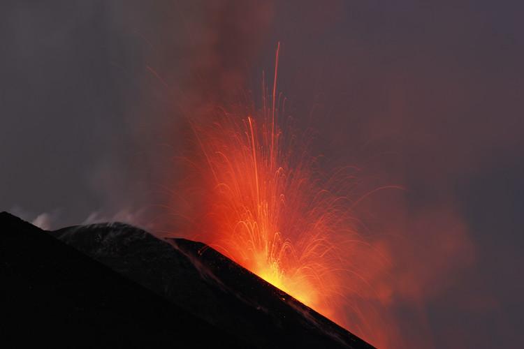 Glühende Lava fliegt weit über den Kraterrand