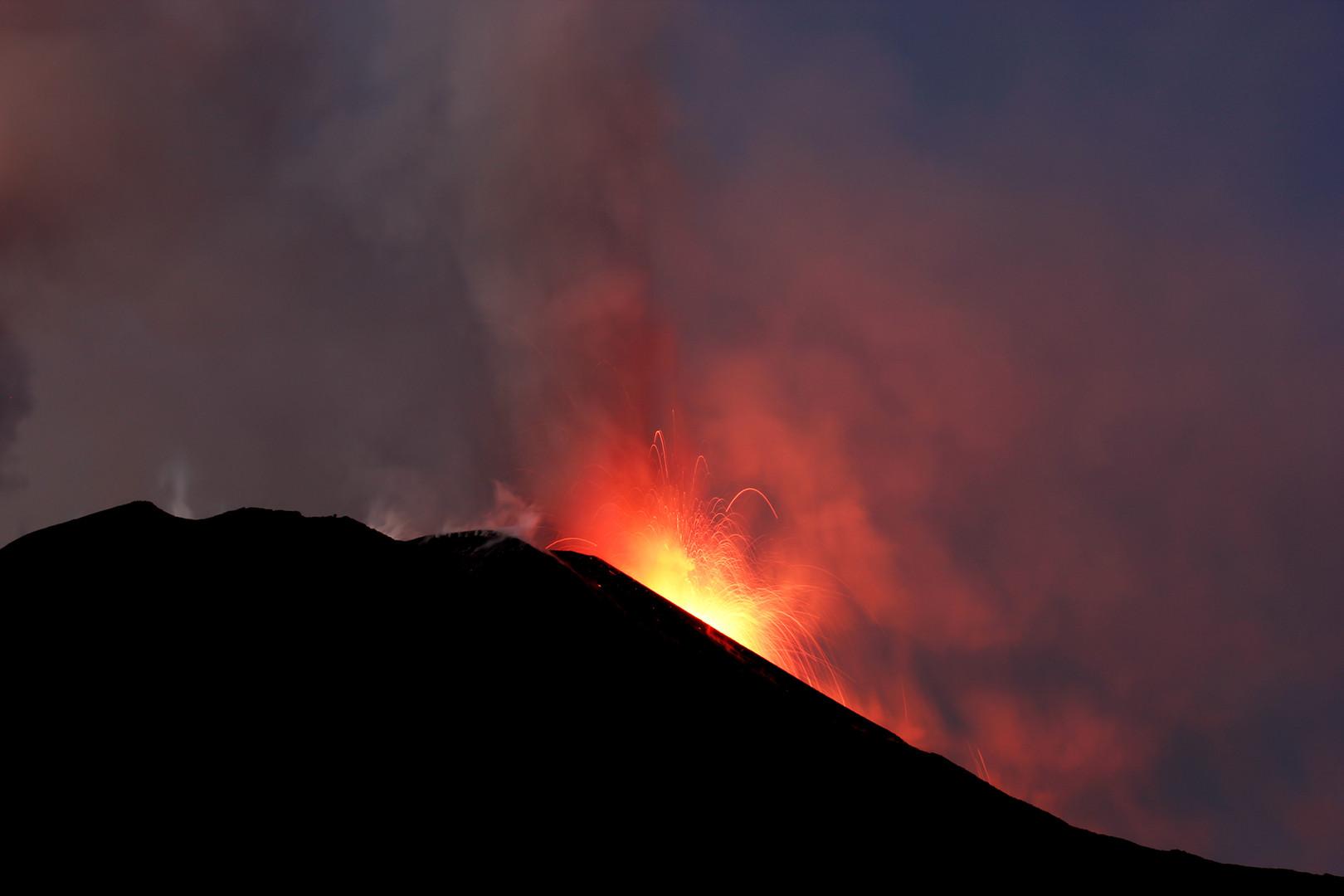 Feuer und Asche aus den Kratern des Ätna