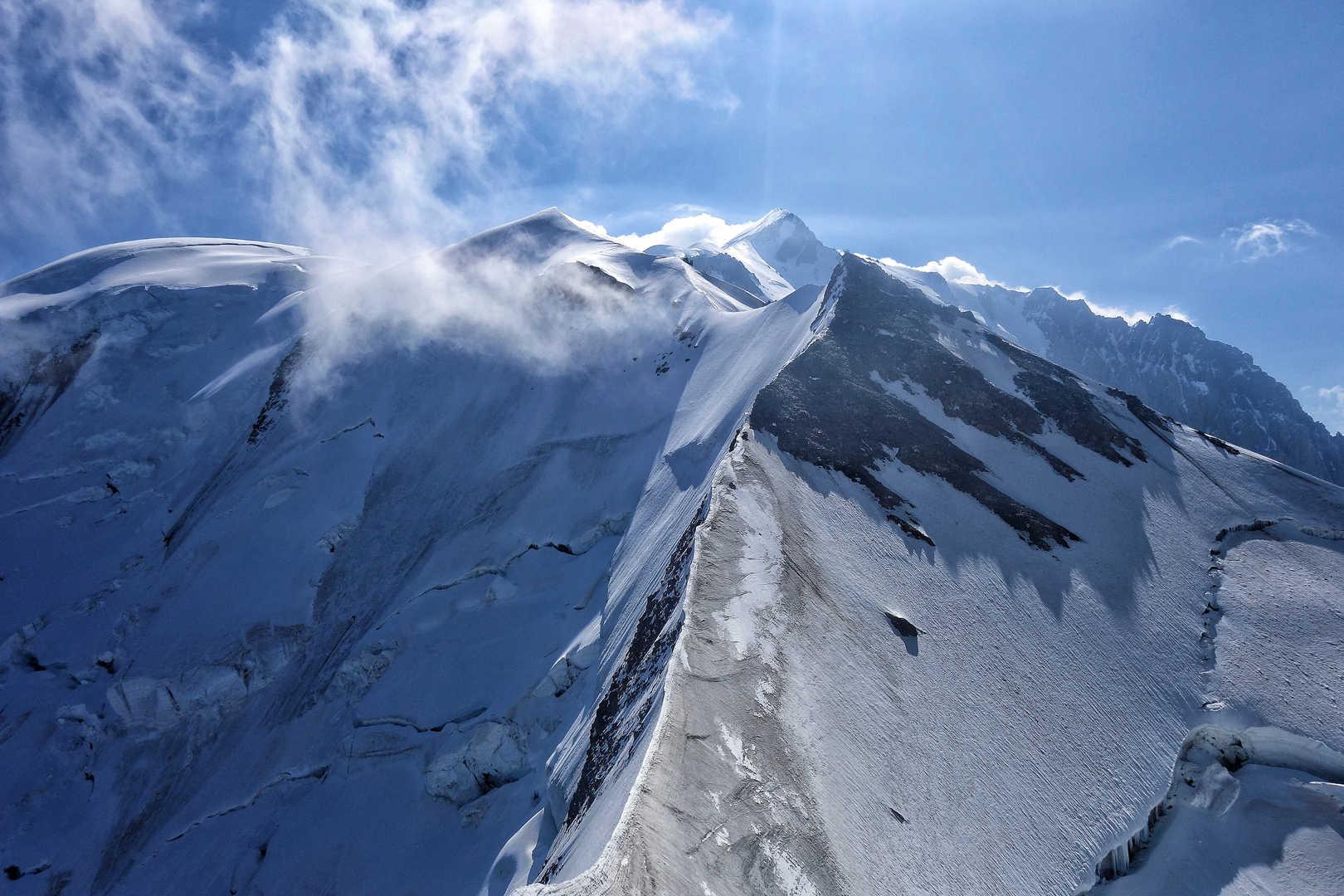 Der Grat Richtung Dome du Gouter - im Hintergrund der Gipfel des Mont Blanc