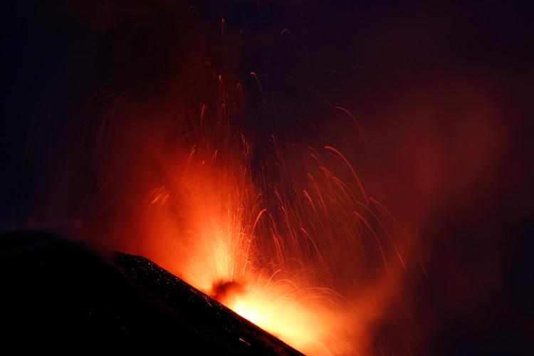 Feuershow unter dem sizilianischen Nachthimmel