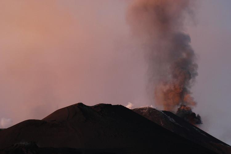 Nur mehr Asche kommt aus dem Krater