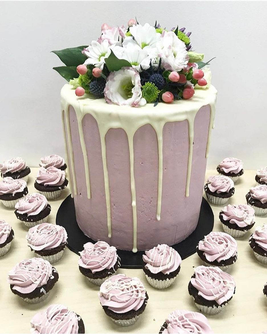 Fresh flower and mini cupcakes