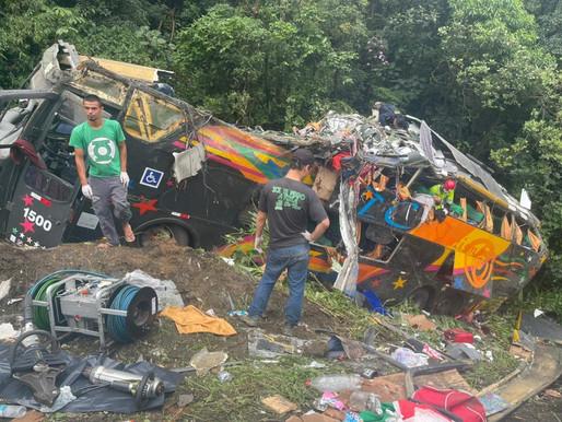 Acidente com ônibus deixa 18 mortos e mais de 20 feridos na BR-376 em Guaratuba