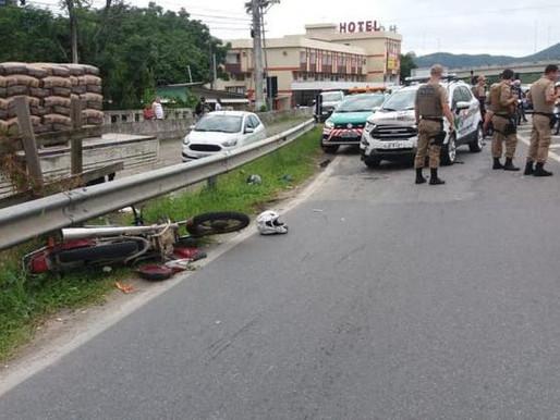 Família foge de moto para não ser autuada e se envolve em acidente com viatura da Polícia Militar.