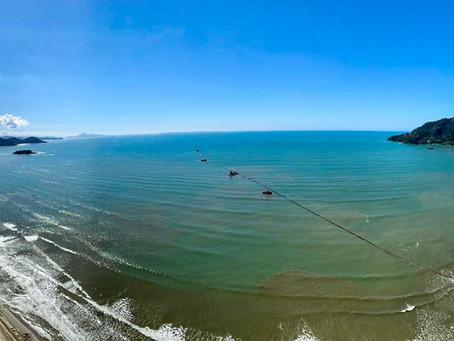 Primeira linha de tubos já está colocada no mar em Balneário Camboriú
