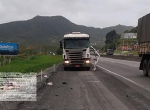 Motorista morre atropelado na BR-101 em Itajaí