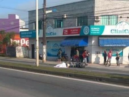 Motociclista morre após colidir com bicicleta e parar embaixo de caminhão em Itajaí