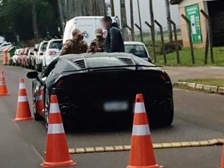 Lamborghini Huracán com placa de Balneário Camboriú, é abordada em blitz em Chapecó, e foto viraliza
