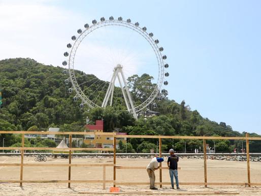 Canteiro de obras do alargamento da Praia Central de Balneário Camboriú começa a ser montado