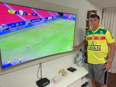 Bolsonaro assiste a jogo da Copa América com camisa do Brusque