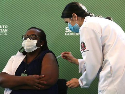 """""""Não tenham medo da vacina"""", diz 1ª brasileira vacinada contra Covid-19 no país"""