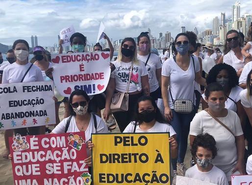 Pais, alunos e professores fazem protesto pela volta ás aulas em Balneário Camboriú; veja as fotos