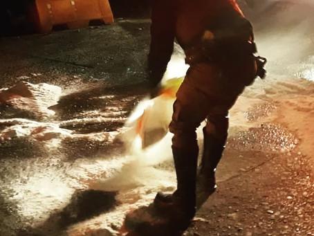 Polícia Militar Rodoviária joga sal em pista congelada na Serra do Rio do Rastro