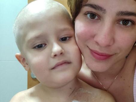 Vídeo mostra mãe raspando cabelo do filho de seis anos diagnosticado com leucemia