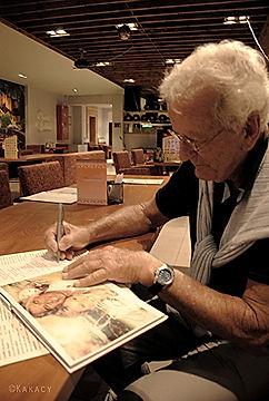 Актер Николас Костер даёт автограф