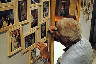 Николас Костер в кафе Санта-Барбара подписывает портрет