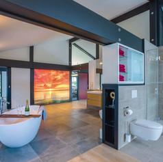 Большой совмещенный санузел с отдельно стоящей ванной