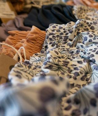 Nachhaltige Bio-Cotton Kleidung für Kinder und Babys in schönen Farben und Mustern.