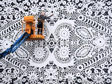 Trabalho da artista polonesa  NeSpoon traz um  toque de beleza e delicadeza ao caos urbano!