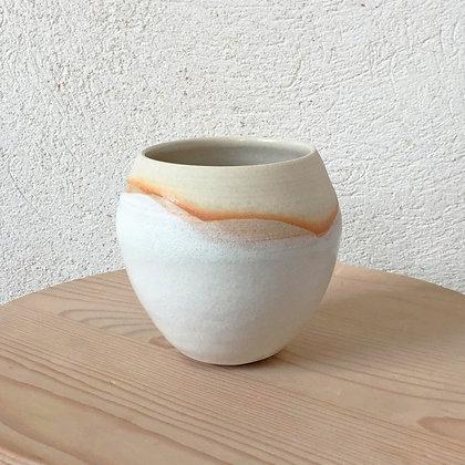 Vase blanc auréolé en vague