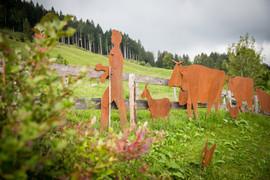 Alpaufzug, Gartenobjekte aus Blech