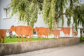 Alpaufzug als Zaun, Gartenobjekte aus Blech