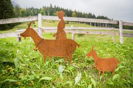 Ziegenmädchen mit Ziegen, Gartenobjekte aus Blech