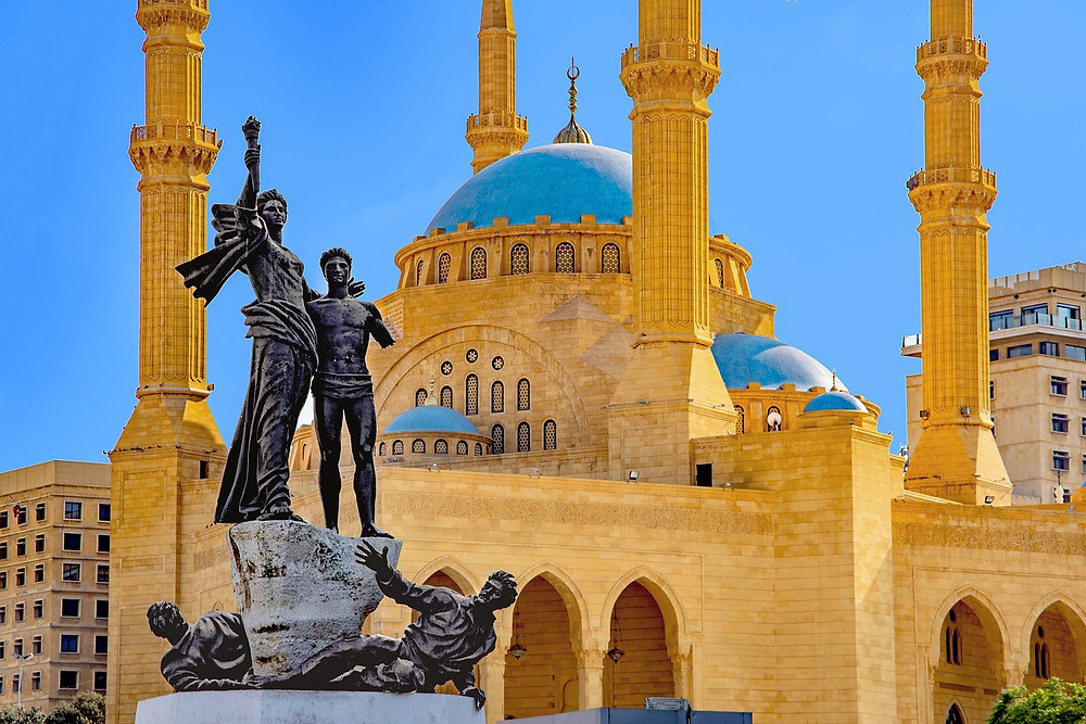 Martyrs' Monument in the heart of downtown Beirut in front of of the Mohammad al Amin mosque. During the Civil War (1975–1990), Martyrs' Square formed the demarcation line that divided the city in half. (Photo: djedj/Pixabay)