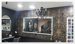 LeChic Salon, na Água Branca, Zona Oeste, com o espelho iluminado eDecorado