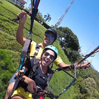 Será que a decolagem foi com emoção_ 😂😂😂😂 A Camila curtiu a emoção de voar de parapente com a melhor vista da Baixada Santista 😉 #paraglidin