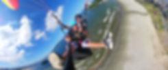 Emoção de um passageiro se aventurando no voo de parapente