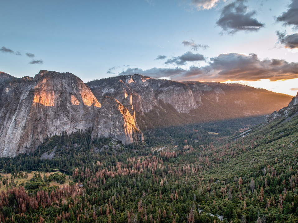 Portaledge with a view : Sunset in the valley brings a soft pink light that reflect on those massive granite walls.