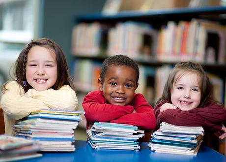Crianças felizes com livros
