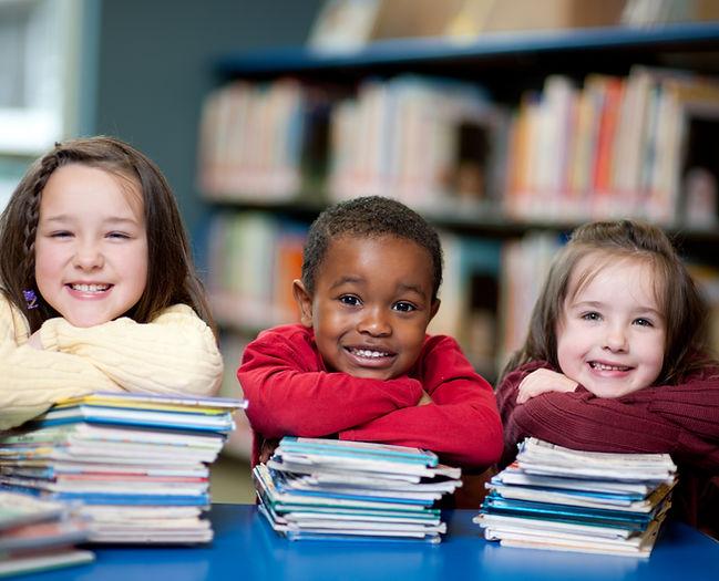 Bambini felici con i libri