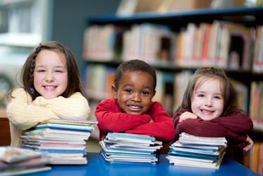 Счастливые дети с книгами