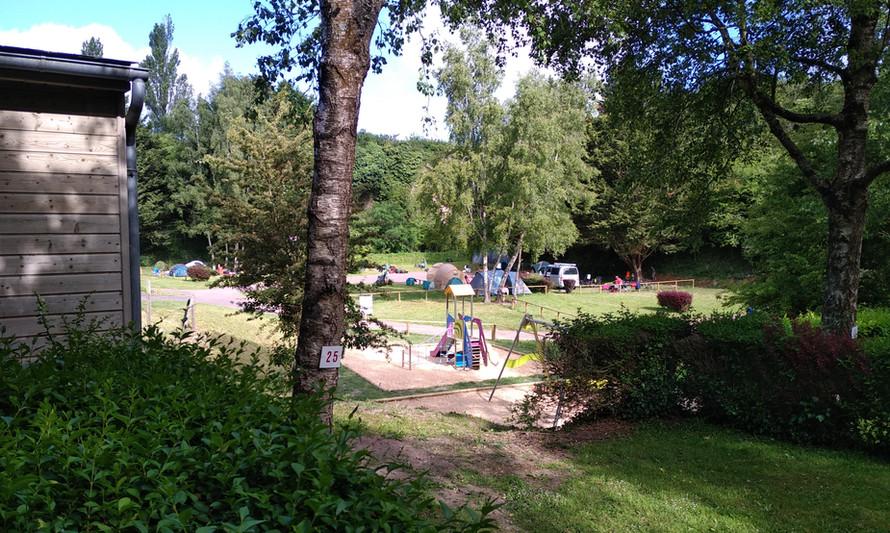 Aire de jeu pour les enfants au centre du camping
