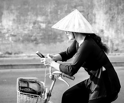 Vietnamesin am Handy_iStock-865108038_ed