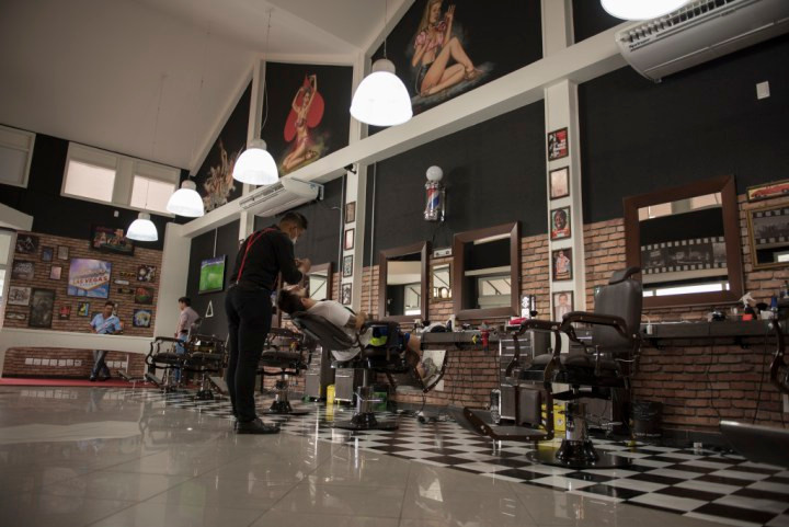 daniel do blog fazendo a barba.jpg