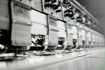 工場で生地の機械