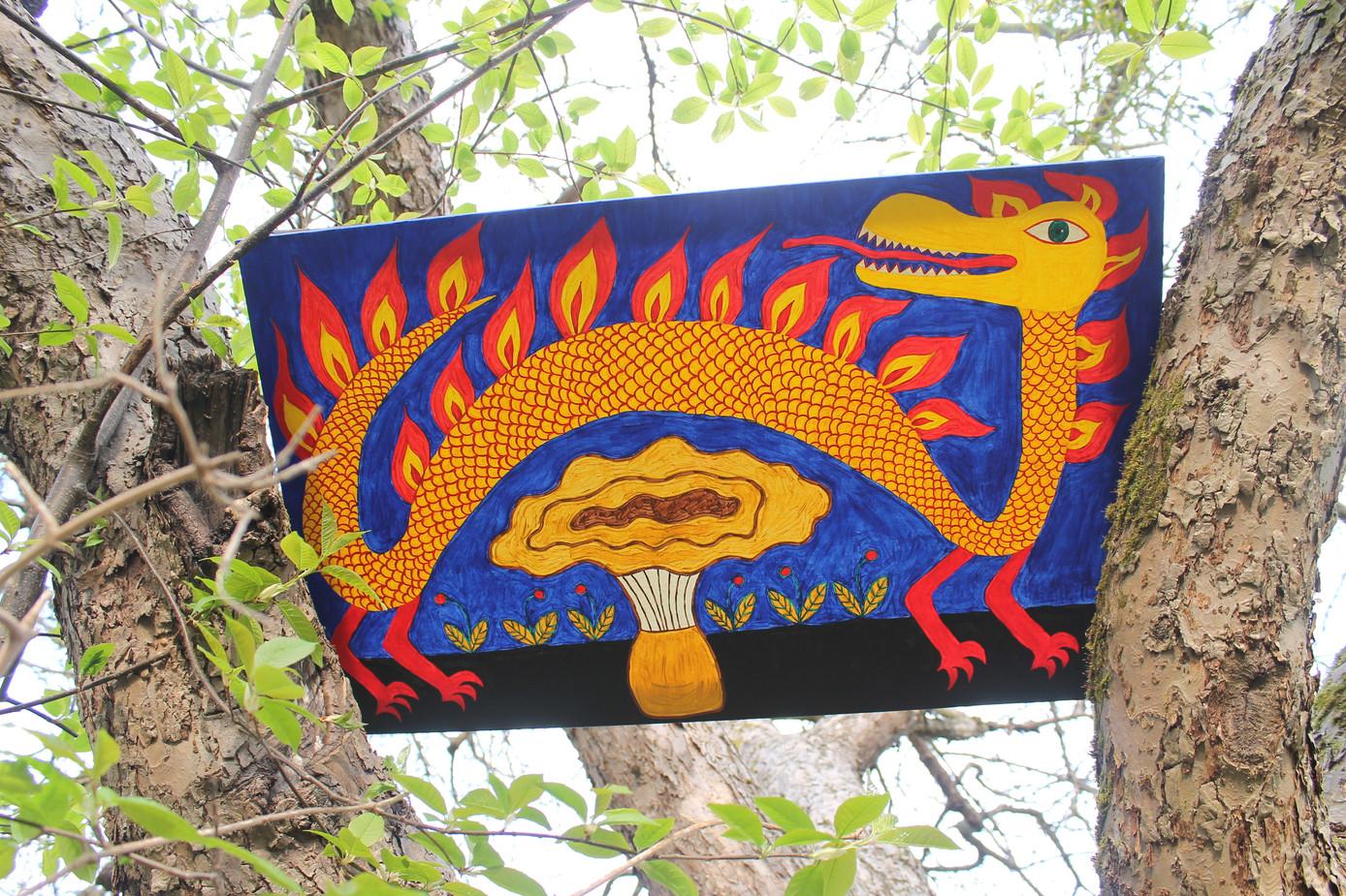 Вогняний дракон прилетів до лісового гриба