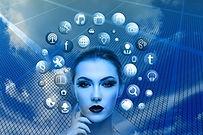 פני אישה בצבע כחול עם אייקונים מסביב.jpg