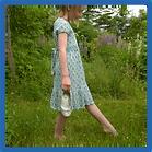 ילדה הולכת על דשא.png