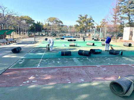 砂入り人工芝テニスコートを部分改修しました。