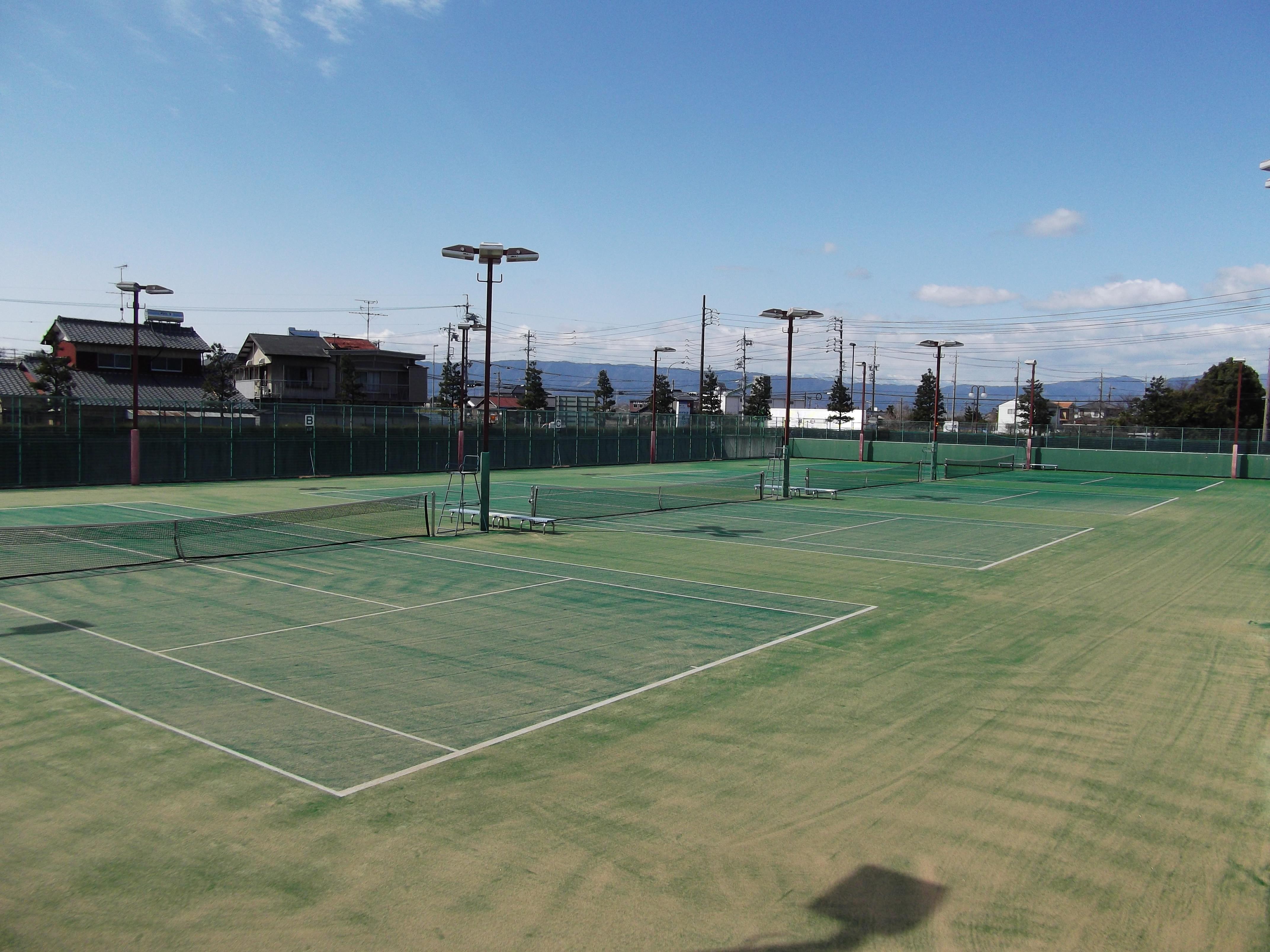 稲沢市祖父江の森テニスコート:砂入り人工芝(ナイロン) 平成23年3月