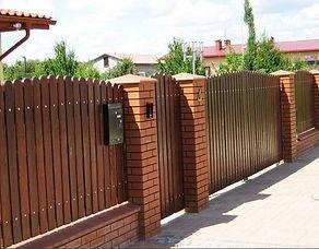 забор с колпаками на столбы